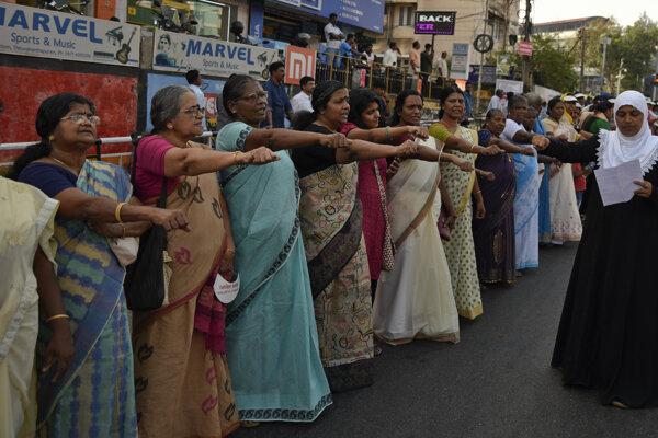 Indický najvyšší súd vydal uznesenie, ktorým zrušil zákaz vstupu žien vo veku 10-50 rokov do chrámu.