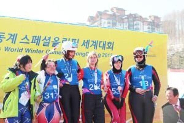 Marianna Vojtková (v strede) vyhrala tri zlaté medaily: v slalome, superobrovskom slalome a zjazde. Všetky zjazdárske disciplíny absolvovala na požičaných lyžiach.