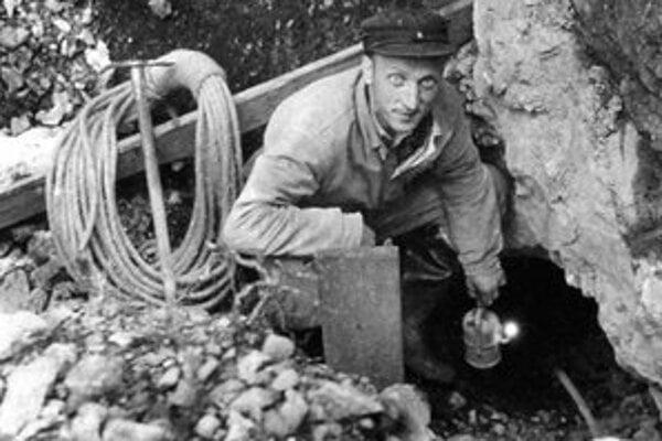 Stano Šrol. Fakľou vypálené iniciály jeho mena nachádzajú jaskyniari v podzemných priestoroch ešte aj dnes. Okrem jaskýň mal aj inú záľubu, vyrábal spiežovce pre Ústredie ľudovej umeleckej výroby.