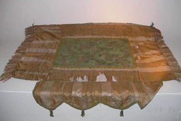 Hodvábny parochet pochádza z prelomu 18. a 19. storočia.