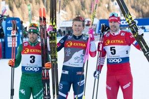 Nórsky bežec na lyžiach Johannes Hösflot Kläbo (uprostred) pózuje po triumfe v utorňajšej 3. etape Tour de Ski - šprinte na 1,4 kilometra voľnou technikou vo švajčiarskom Val Müstair 1. januára 2019 - ilustračná fotografia.
