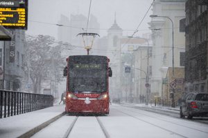 Sneh skomplikoval situáciu aj v Bratislave.
