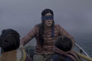 V snímke Bird Box sa Malorie snaží zachrániť svoje deti pred apokalypsou.
