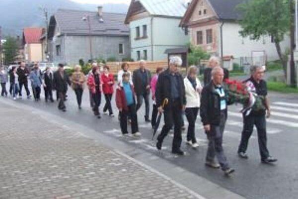 V Závažnej Porube si pripomenuli padlých spoluobčanov. Sprievod obcou smeruje k pamätníku, ku ktorému položili vence.