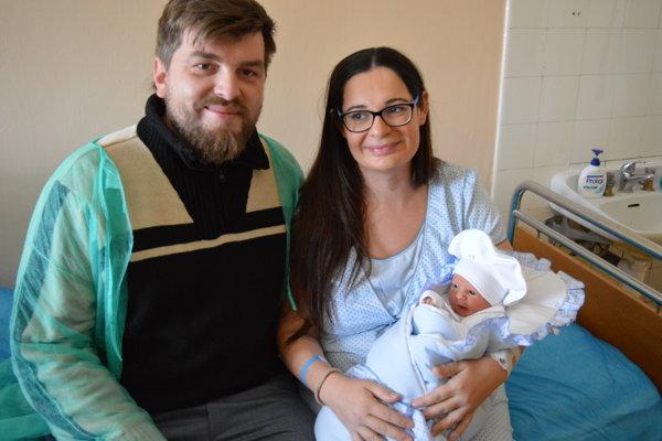 Otec Rastislav, mamička Lívia a prvé tohtoročné bábätko Miško Mikloško počas privítania prvého bábätka v roku 2019.