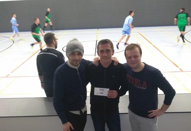 Zľava Róbert Palík (sponzor Zimnej ligy), Rastislav Kollár (najlepší hráč 4. kola) a Ivan Mriška (organizátor ligy).