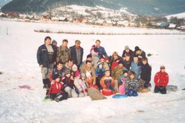 """Účastníci """"zimnej vrecovej olympiády"""", ktorá sa už tradične usporadúva v Stupnom."""