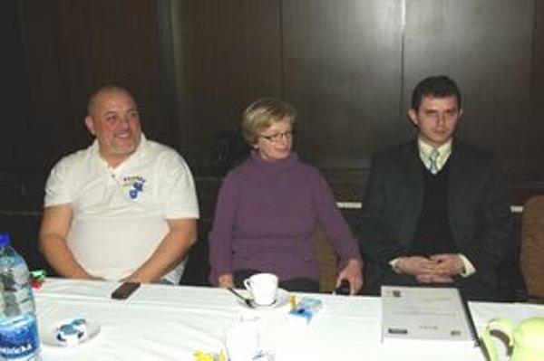 O plusoch akčnej skupiny informovali poslancov starostovia okolitých obcí. Zľava: Viliam Cíbik, Eva Hejduková a  Juraj Ondračka.