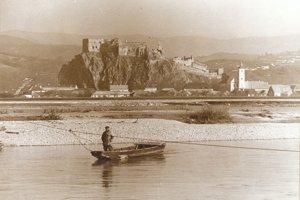 Pohľad na obec a hrad v roku 1942.