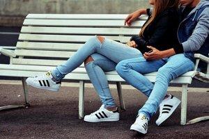 Účinky sedenia s prekríženými nohami sledovalo viacero štúdií.