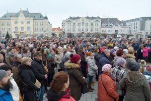 Počas jedného z protestov sa zaplnilo námestie v Leviciach.