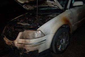 Požiar poškodil prednú časť auta, škodu odhadli na 5-tisíc eur.