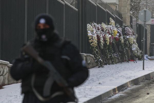 Vence na pamiatku zavraždeného ruského veľvyslanca položené na ceste vedúcej k ruskému veľvyslanectvu v Ankare 21. decembra 2016.