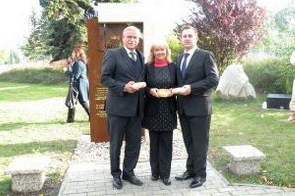 Tristoročným suchým hrachom obsypali pamätnú šibenicu Alexander Slafkovský (vľavo), Ružena Antolová a Marián Polák.