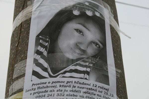 Plagáty s nezvestnou Lenkou vylepili rodičia po celom meste.