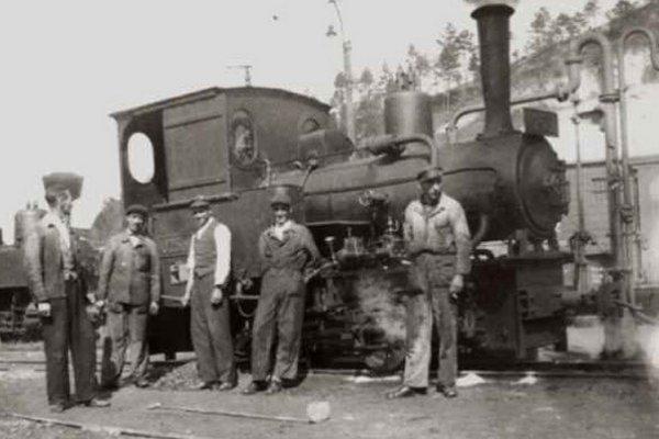 Rušňovodiči a kuriči pred lokomotívou.