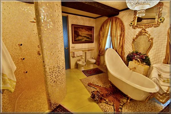 Tiger pod vaňou, zlatom obložený sprchový kút, krištáľový luster, olejomaľba nad toaletou, tak vyzerá luxus privatizérov.