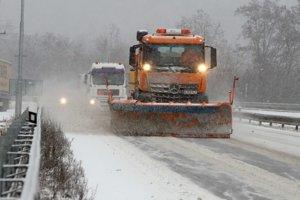 Dopravná situácia počas hustého sneženia na hlavnom dopravnom ťahu v smere zo Zvolena na Žiar nad Hronom.