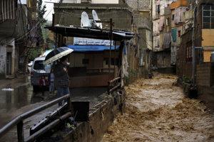 Lejaky a sneženie zničili tábory v Libanone.