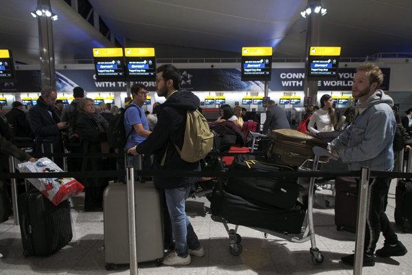 Pasažieri čakajú na letisku Heathrow.