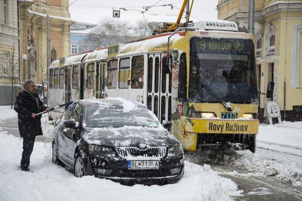 Dbajte na to, aby ste telefón či inú elektroniku nezabudli dlho na chladných miestach, napríklad v aute.