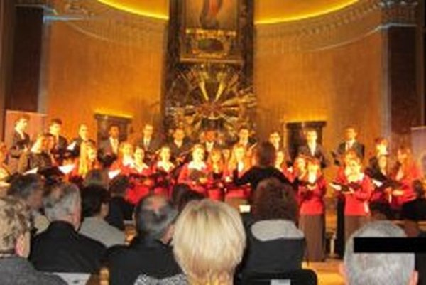 Univerzitný zbor Benedictus pod vedením Zuzany Zahradníkovej a Ivana Mráza a pedagógovia – sólisti a inštrumentalisti prezentovali najmä diela slovenských autorov.
