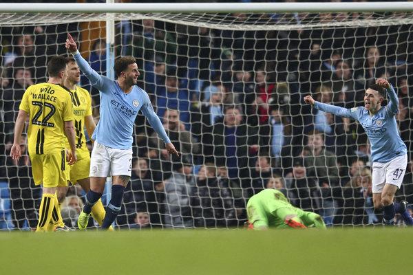 Riyad Mahrez (tretí zľava) z Manchestru City oslavuje gól do siete Burtonu.