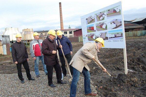 S lopatami v rukách urobili prvé práce na budovaní JL arény Branislav Duboš (sprava), Alexander Slafkovský a Jerguš Bača.
