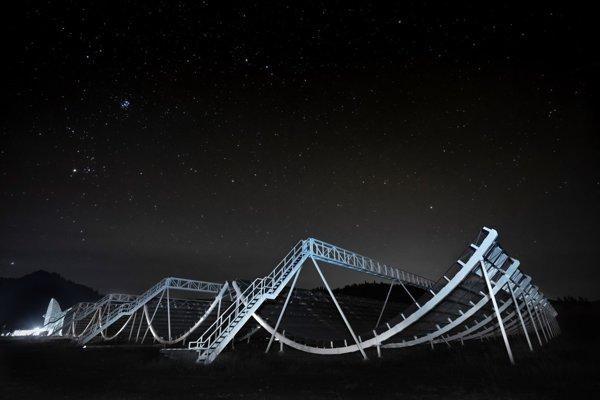 Kanadský rádiový teleskop CHIME ešte nie je plne funkčný a už zachytil niekoľko rýchlych rádiových zábleskov z vesmíru.