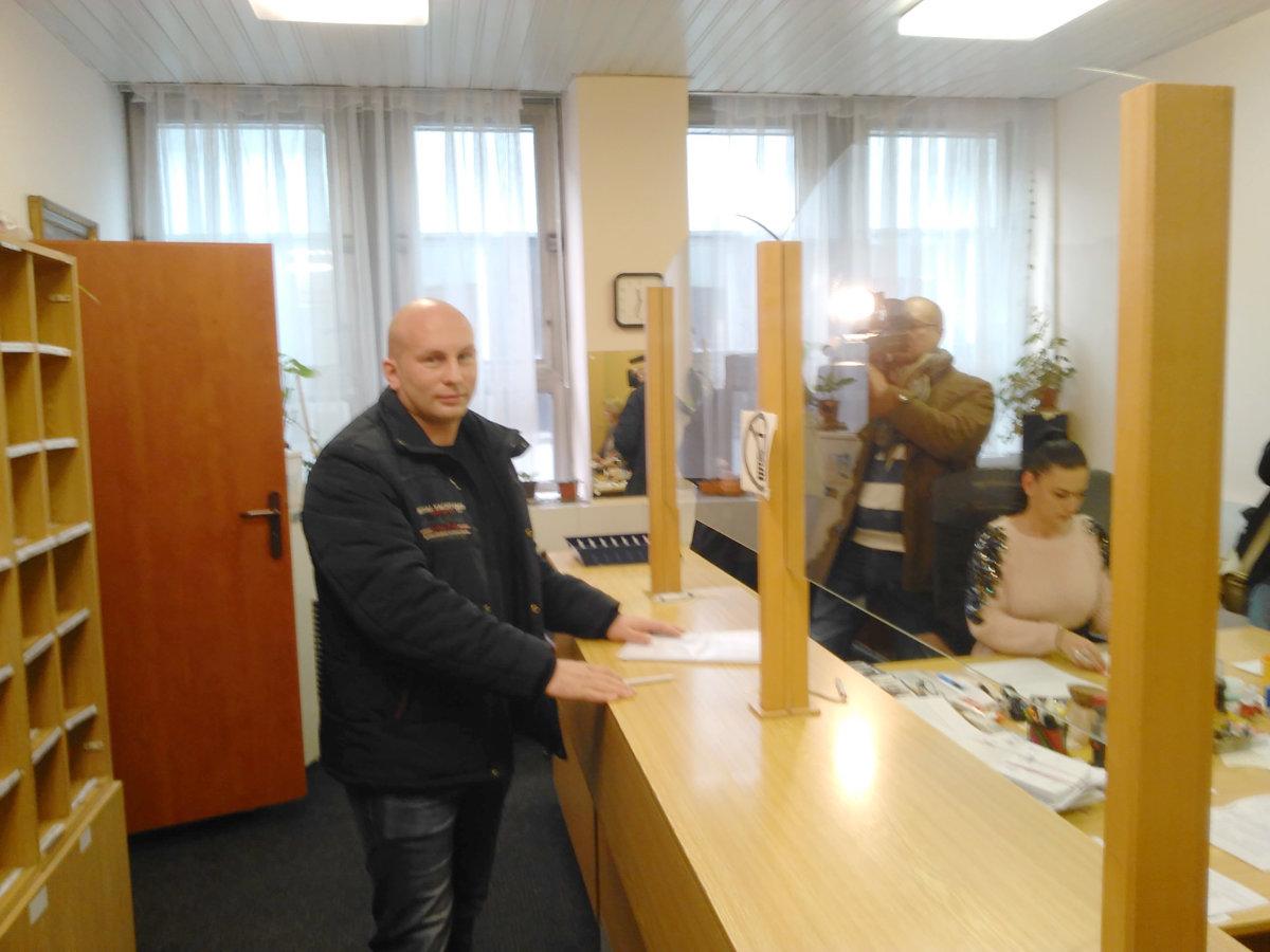f16707d83b04 Poslanec Michal Djordjevič doručil do podateľne magistrátu návrhy zmien  parkovacieho nariadenia mesta.