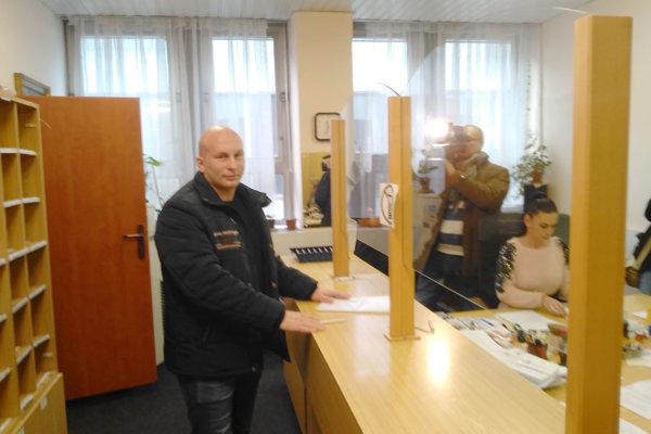 Poslanec Michal Djordjevič doručil do podateľne magistrátu návrhy zmien parkovacieho nariadenia mesta.