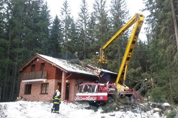 Stromy poškodili strechu penziónu. Nikto sa pri silnom vetre nezranil.