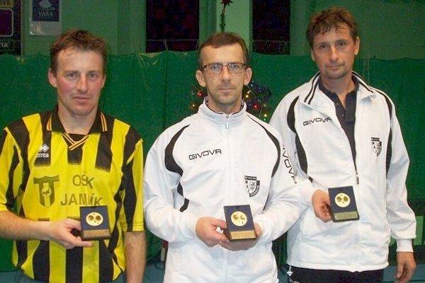 Uprostred prvý Šnauko,  vpravo druhý Frollo, obaja hráči Černovej a  vľavo tretí Beňo  z  Jamníka.