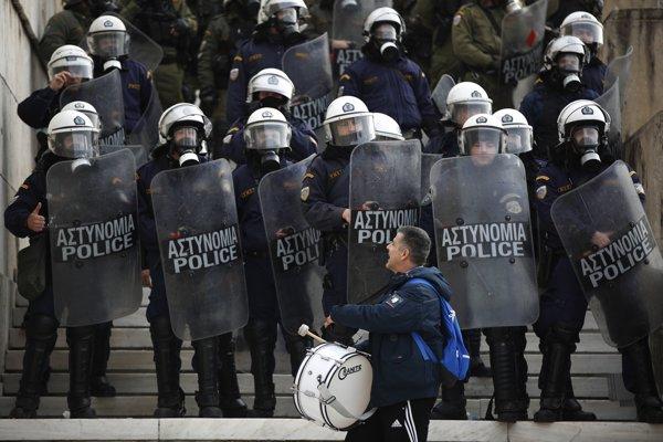 Na proteste učiteľov v Grécku musela zasiahnuť polícia.