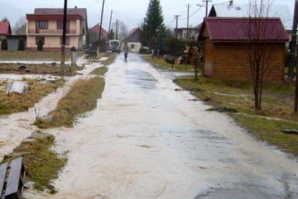 Pravidelne na jar, keď sa topí sneh a pri výdatných dažďoch do Dúbravy stiekla voda z okolitých lúk.