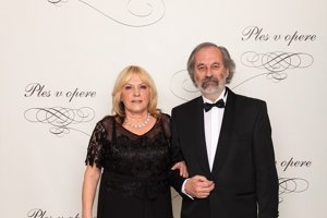 Viktor Hulík, popredný slovenský umelec, maliar, grafik a sochár s manželkou Ilonou Hulíkovou