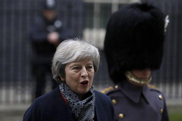 Bývalý britský premiér Major vyzýva Mayovú ku kompromisu