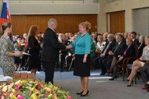 Oľge Jorčíkovej odovzdal ocenenie Dušan Čaplovič.