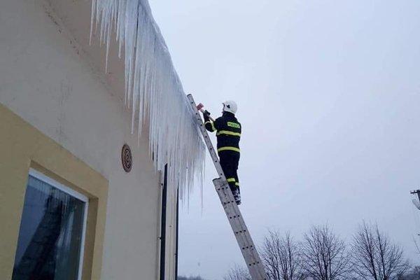 Dobrovoľní hasiči pomáhajú aj s odstraňovaním snehu a cencúľov zo strechy. Ilustračné foto.