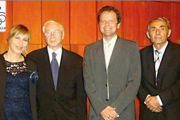 Olympijská víťazka v biatlone Anastázia Kuzminová s členmi výkonného výboru OKL Jozefom Daníkom, Romanom Králikom (predsedom) a Ivanom Bubelínym.