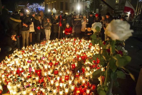 Ľudia si v Gdansku uctili pamiatku zavraždeného starostu.
