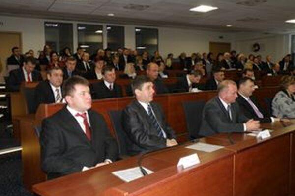 Poslanci samosprávneho kraja na prvom povolebnom rokovaní.