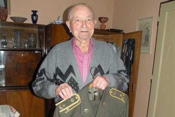 Ján Iľanovský si na uniforme vymení výložky za nové s hodnosťou brigádneho generála.