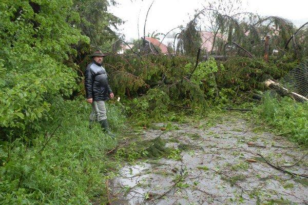 Vietor poškodil aj niekoľko striechy na domoch a polámané stromy padali aj na cestu. Úplne zavalil vedľajšiu cestu k domom.