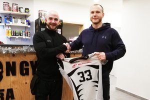 Zľava runningback Lukáš Kreškóci a Matej Gašperan, člen vedenia a jeden z trénerov Nitra Knights.