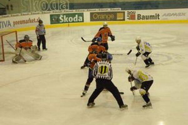 Dubničania (v oranžovom) strácajú na Púchov už osem bodov.