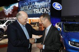 Šéf Fordu Jim Hackett(vľavo) so šéfom Volkswagenu Herbertom Diessom (vpravo) počas autosalónu v Detroite.