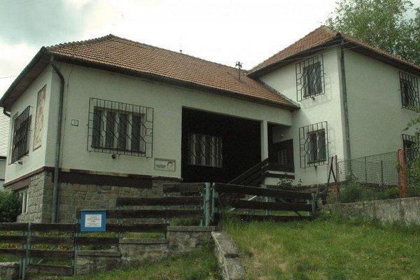 Výstavy v Galérii Jana Hálu vo Važci potrvajú do konca septembra.