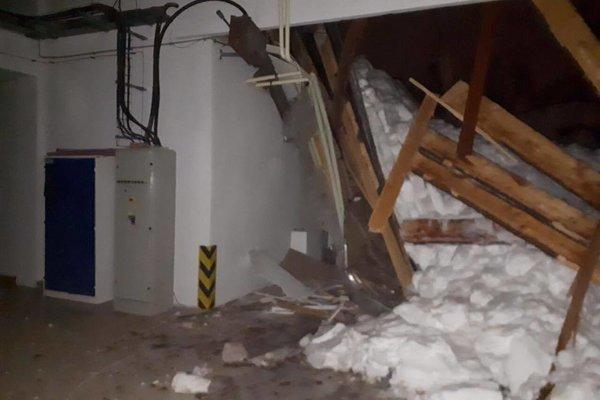 Strecha na hale nevydržala váhu snehu.