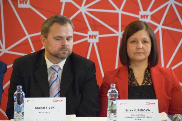 Moderátor Michal Filek a predsedníčka ŽSK Erika Jurinová.